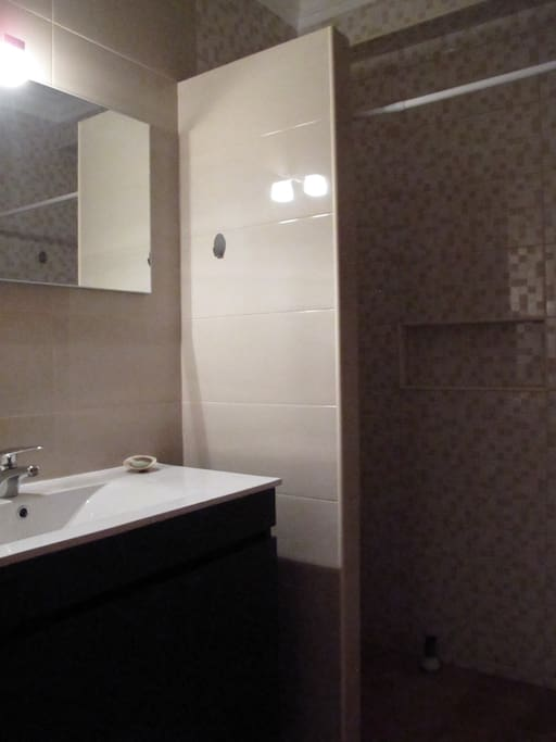 Casa de banho com duche // Bathroom with shower