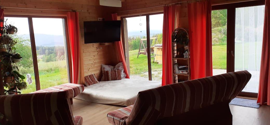 Obývák s velkými francouzskými okny, díky kterým jste prakticky stále v přírodě i když jste doma.