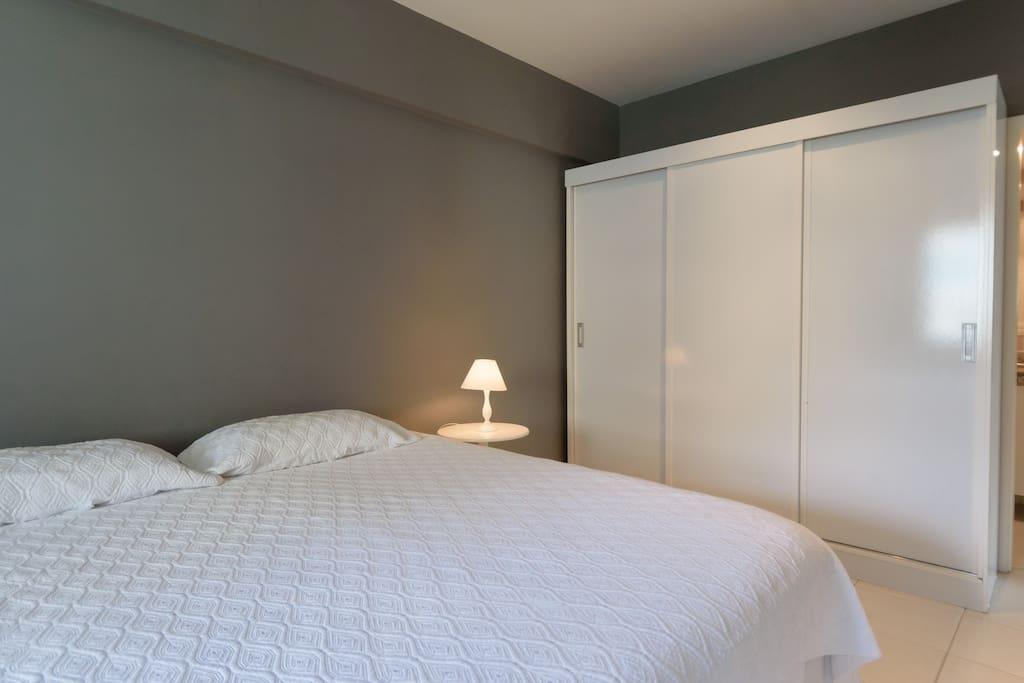 Quarto suíte, cama king size, armário e ar condicionado split   Suite w/ king size bed, closet, ar conditioning