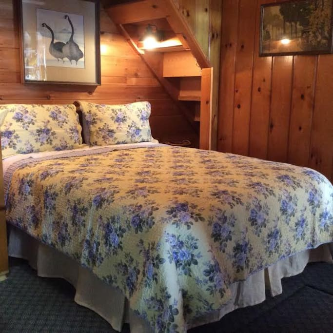 Guest room w/ comfy queen bed