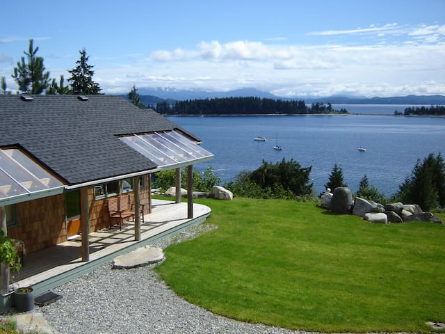 LUNA VISTA - Studio Cabin for 2--panoramic view - Quathiaski Cove - Kabin
