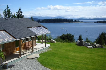 LUNA VISTA - Studio Cabin for 2--panoramic view - Quathiaski Cove