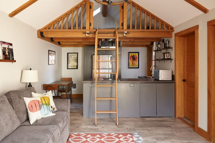 Cozy Guesthouse - Walking distance to everything!