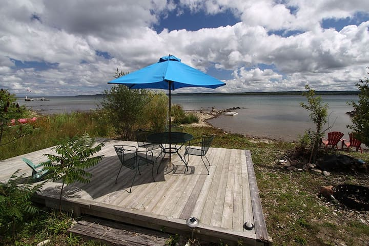 Waterfront Home w lakeside lounge - Owen Sound - Kisház