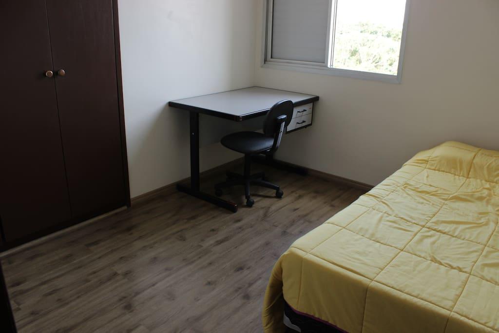 O quarto: armário embutido, escrivaninha e cama de casal