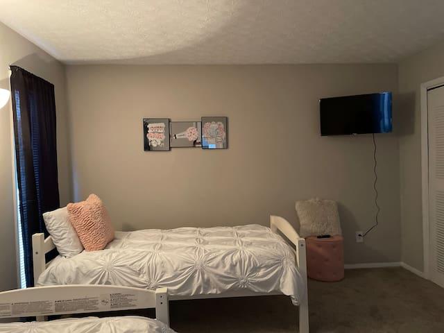 Guest bed room 2 twin beds smart TV