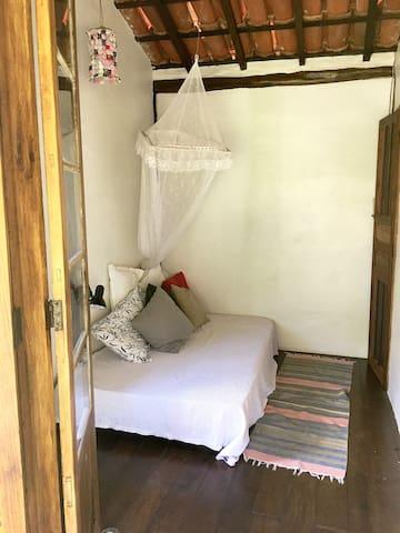 Quarto B, piso superior, com uma cama de viúvo e um colchão extra de solteiro no chão.