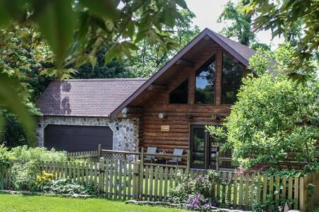 Serene log home at Murray Hill