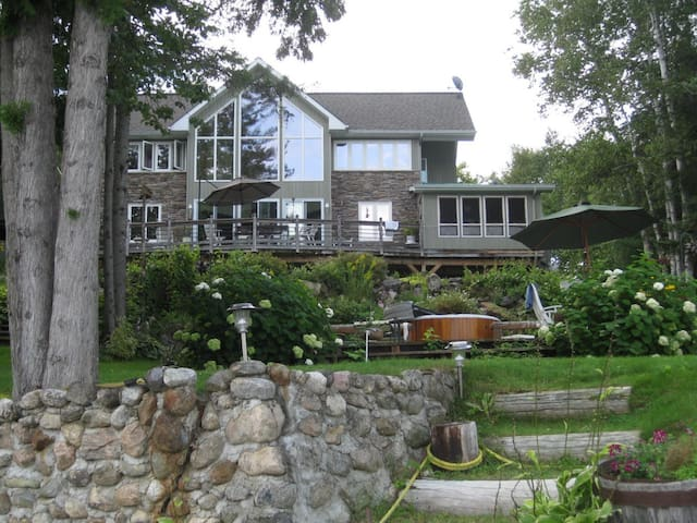 Exquisite chalet in north gatineau maisons louer for Chambre a louer ste therese
