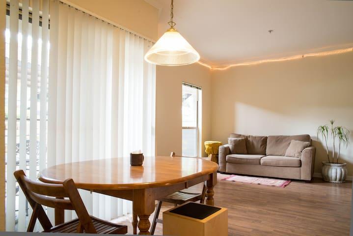 Literary Room Nestled in the Hills - Austin - Condominium