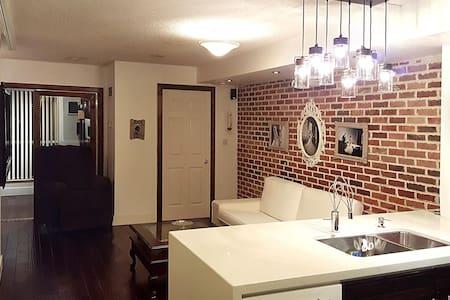 Beautiful brick wall 1+1 Br Condo - Toronto - Lakás