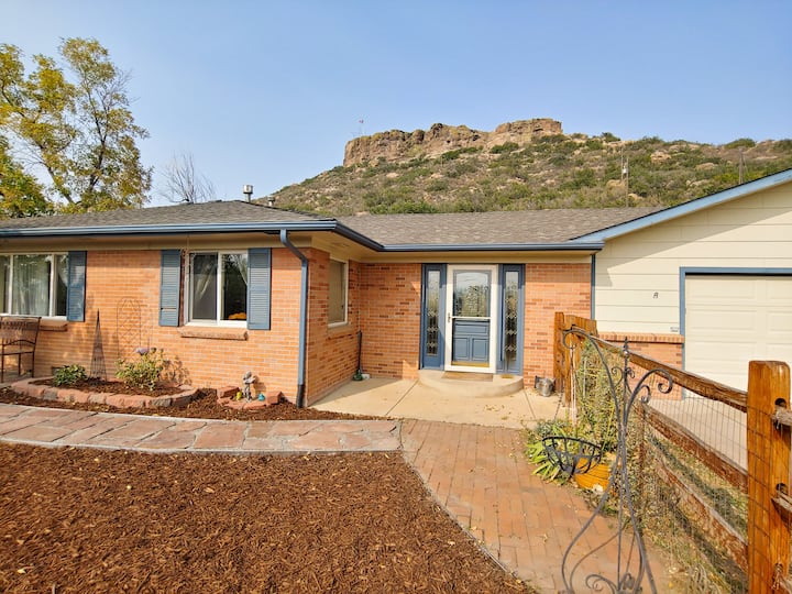 Walkable Charming Spacious Home - Base of The Rock