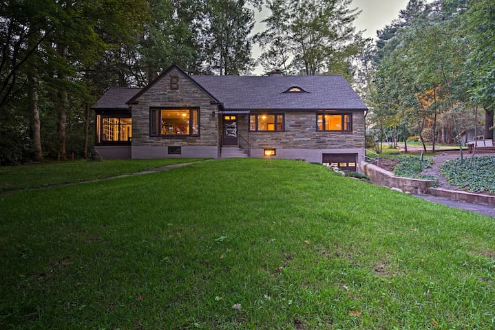 Historic Stone Cottage w/Firepit-Walk to Lily Lake