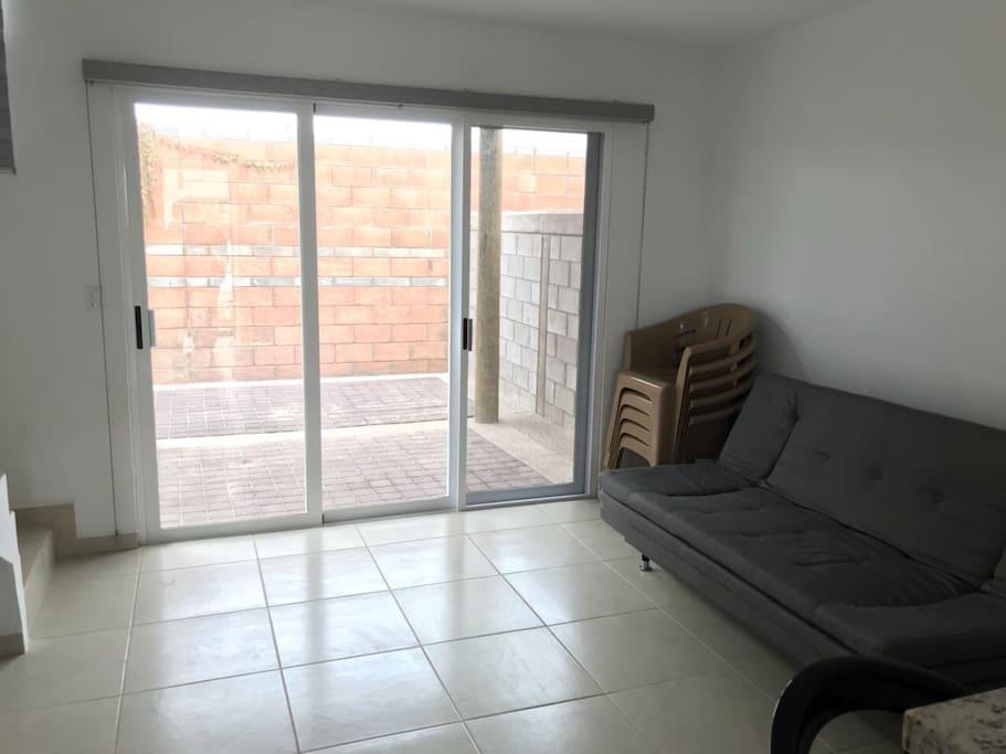 Sala (sofá cama) y salida al patio