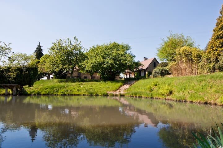 Historical farmhouse, lake and barns (private) - Château-Chervix - Casa