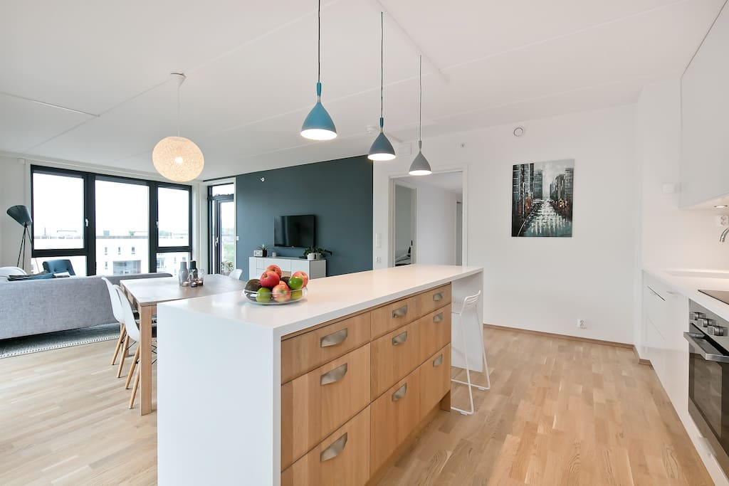 Kitchen island overlooking the living room, perfect for cooking a fabolous dinner