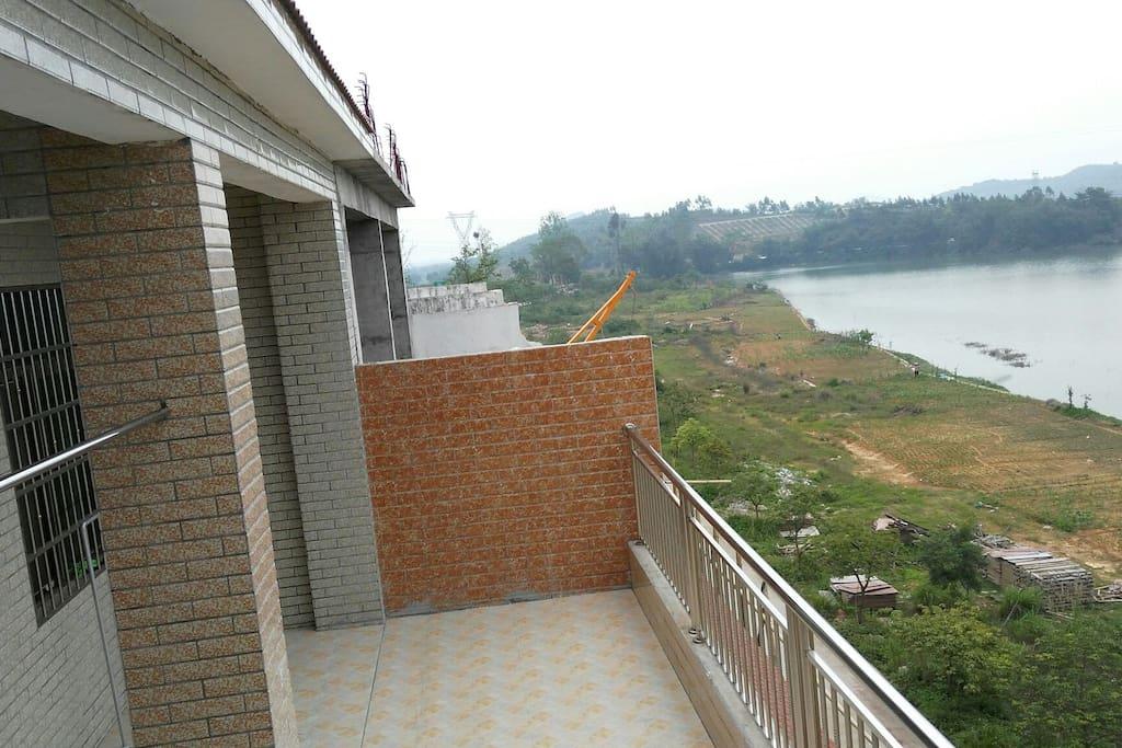 露天阳台可观湖山景色
