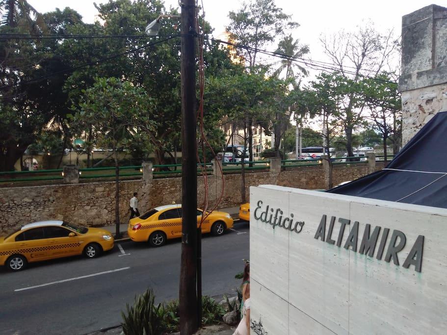 entrada al Edificio frente al Hotel Nacional