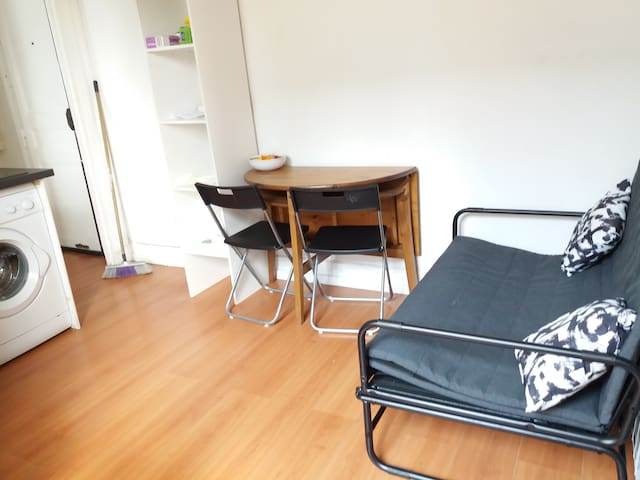 COSY APPARTEMENT ENTIER 2 PIECES A PARIS.