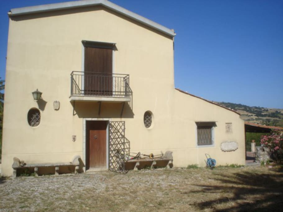 Front of the house. Facciata principale della casa