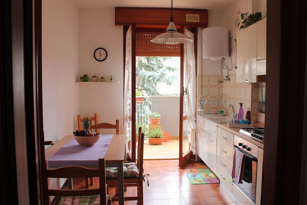 cucina abitabile e le aromatiche sul balcone
