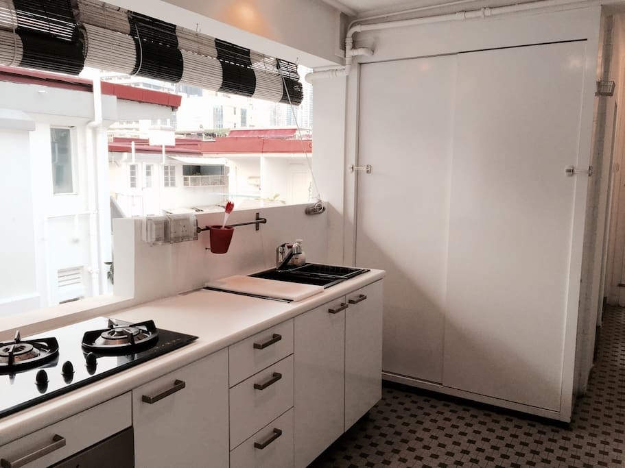 open kitchen w/ fridge-freezer, washer & dryer