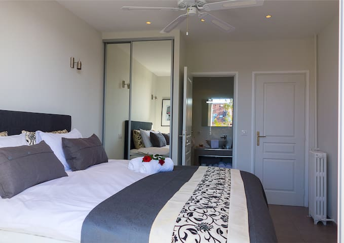 Master bedroom with ensuite bathroom. All prices for this holiday rental apartment in Nice are inclusive cotton linen, towels and utilities for four guests.