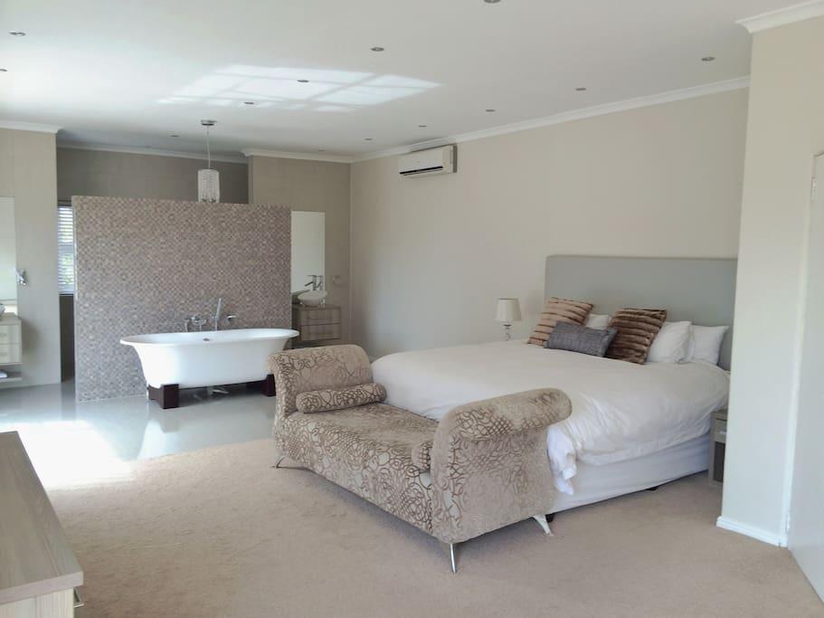 Master bedroom en suite bathroom open plan + air con
