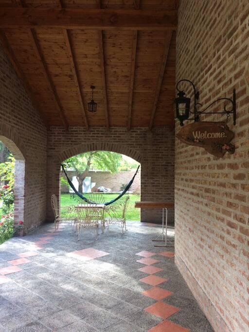 Galería con mesa de jardín y hamaca