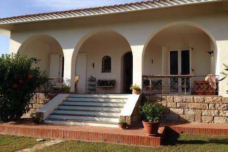 Villa sul mare in una baia da sogno - กาญารี่ - วิลล่า