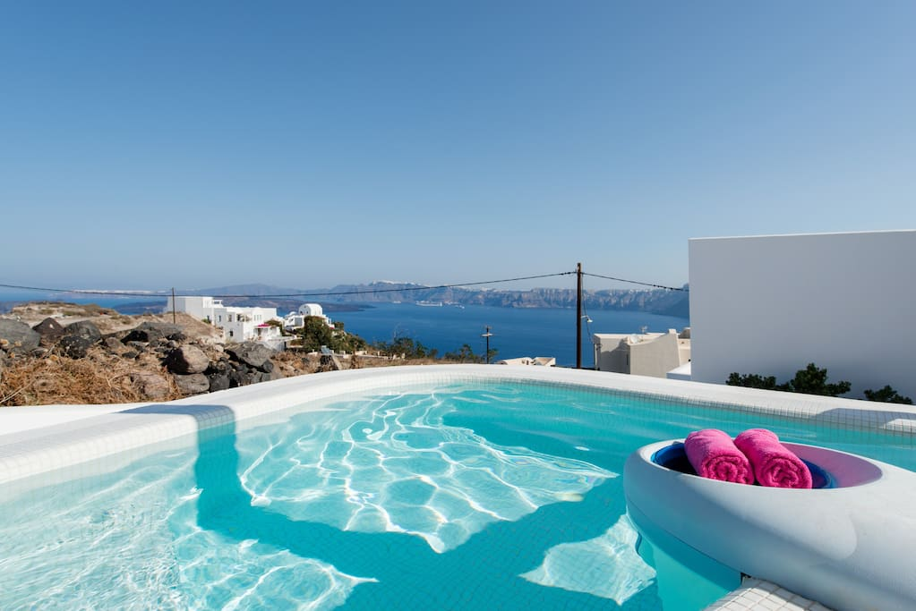 Private dip pool and terrace view to the caldera