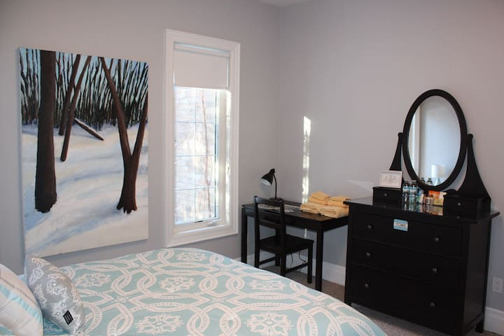 Quiet and spacious front bedroom with queen bed and high ceilings (premium softer mattress)