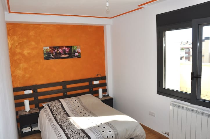 Lovely quiet room +private bathroom - Huesca - Leilighet