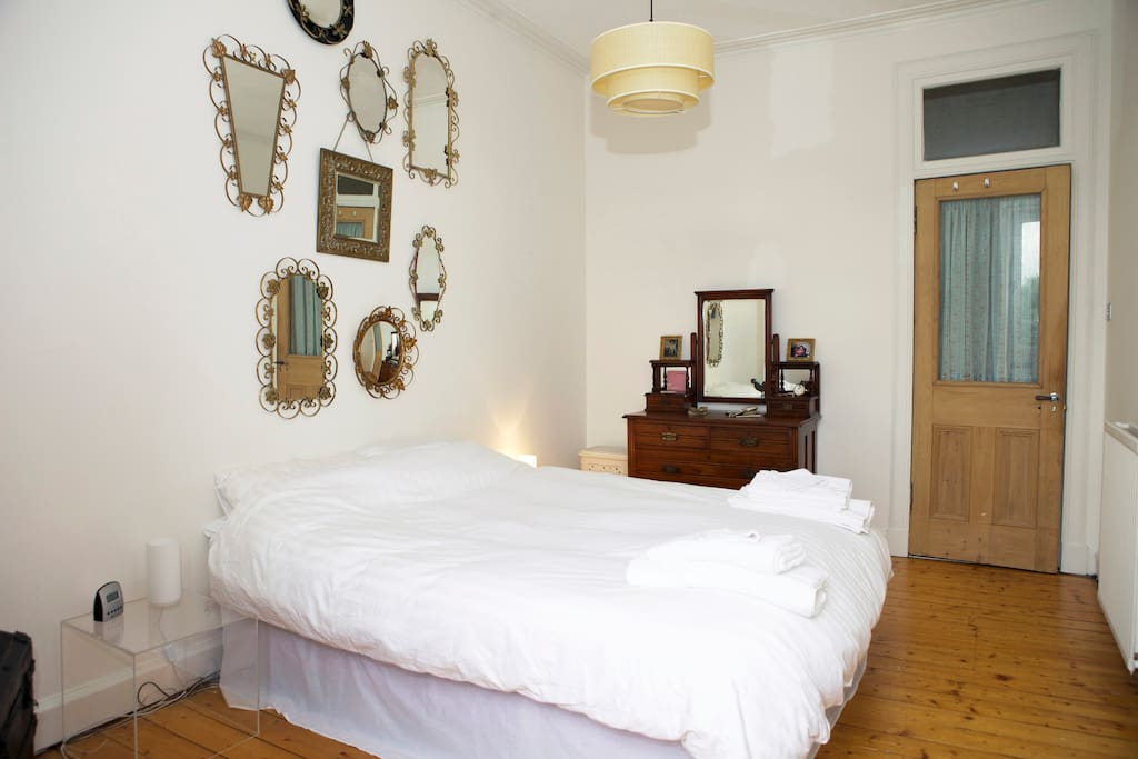 Kingsize bed with linen, towels and a dresser for your clothes.