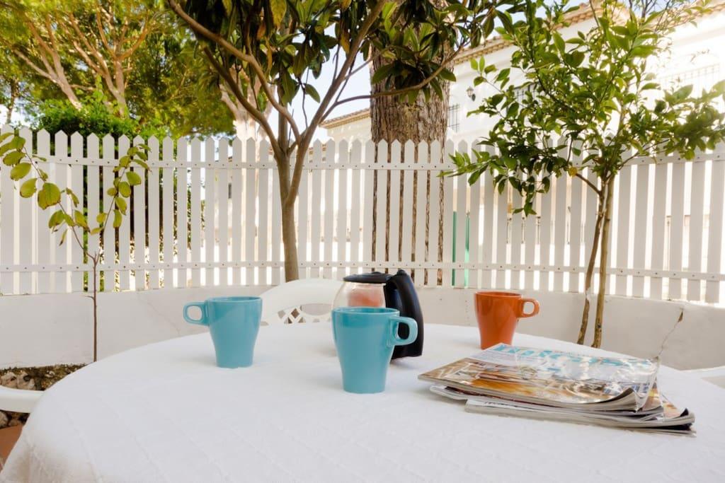 Amplia terraza privada con mesa, sillas y tumbonas