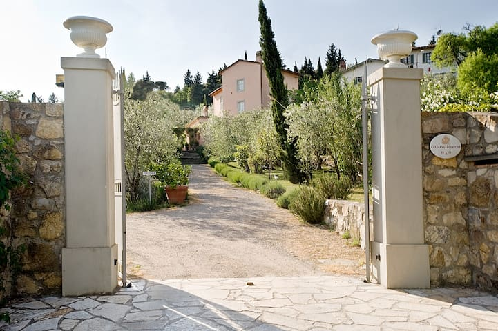Villa immersed in olive oil trees.. - sesto fiorentino firenze - วิลล่า