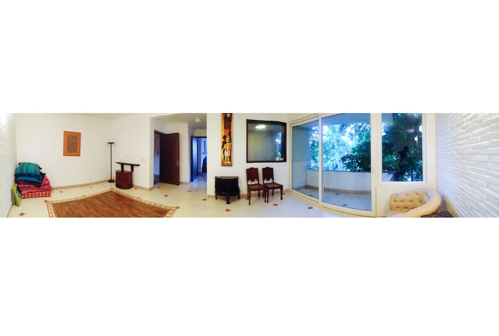 Here's a panorama of the home, from the living room. The main door is to the left, in front is the bedroom and on the right is the kitchen, with a glass panel overlooking the living room.