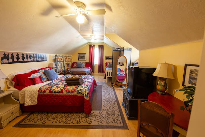 Comfy Bed & Breakfast 4 -Combined 2 Private Rms!