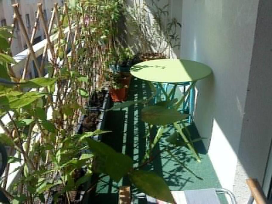 on peut boire son café sur ce petit balcon