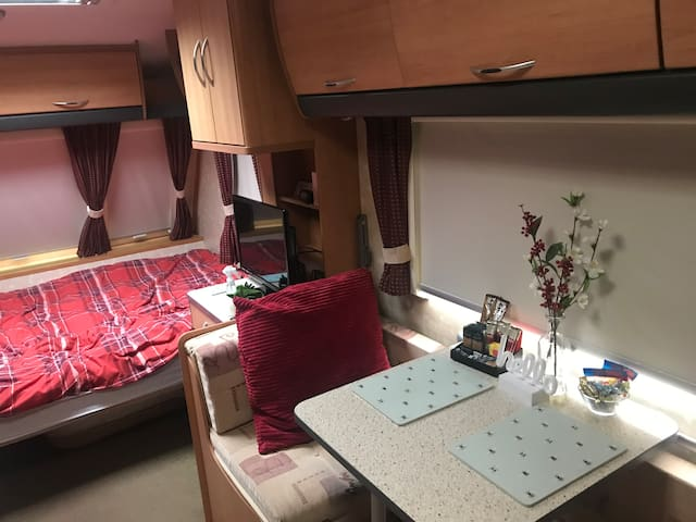 Kerry's B & B. Cosy private caravan.