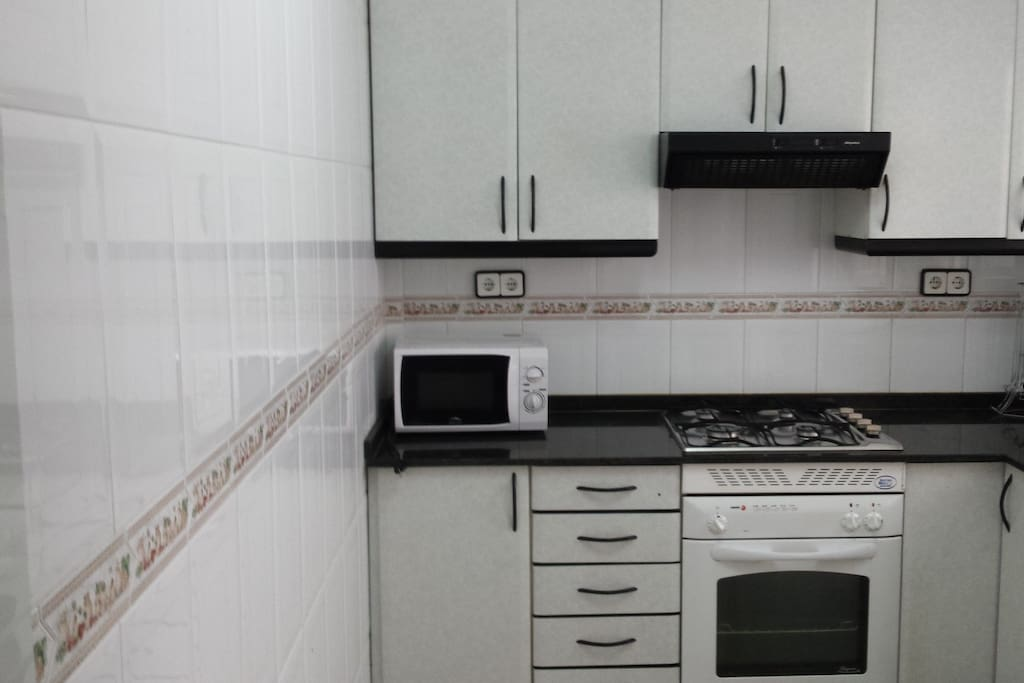 cuisine equipée;four;micro onde;frigidaire;machine nespresso.