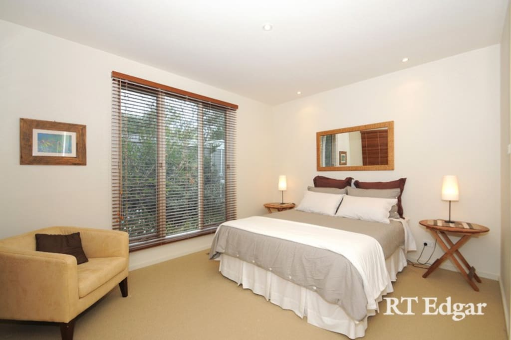 Tastefully furnished, comfortable queen sized bedroom