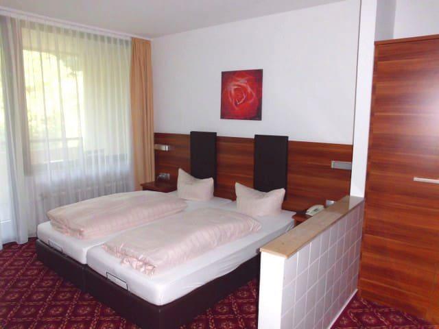 Schönes Hotelzimmer in ruhiger Lage - Hauenstein - Bed & Breakfast