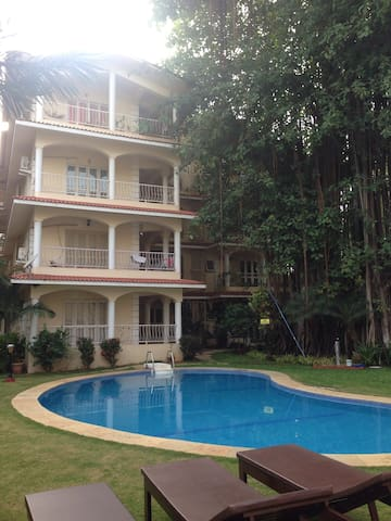 A modern home in a rustic setting. - Siolim - Appartement