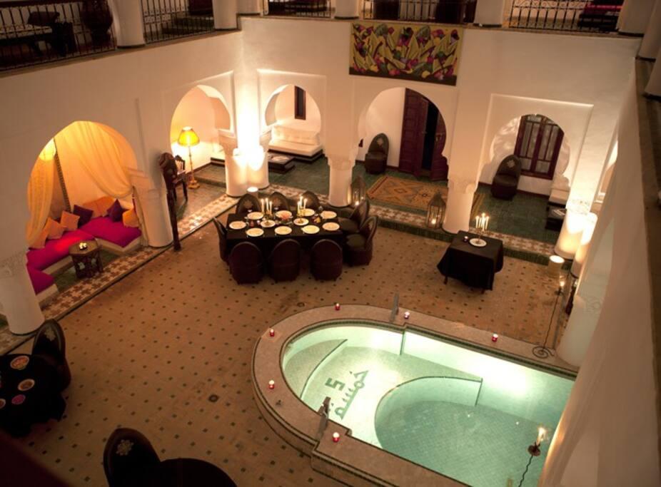 Le patio , avec sa piscine et le restaurant