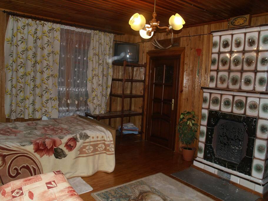 основная комната с кроватью и диваном