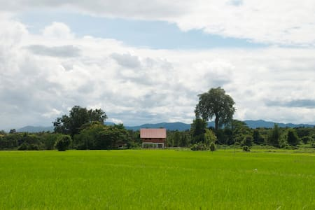 Thais-Haus inmitten von Reisfeldern - Tambon Hang Chat - Dům