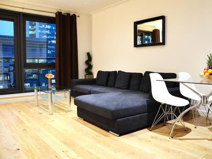 Superb 2Bed/2Bath Riverview Flat in Canary Wharf