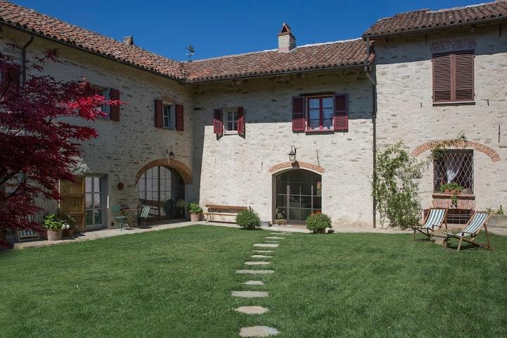 MURAZZANO, HISTORIC HOUSE OVERLOOKING THE LANGHE
