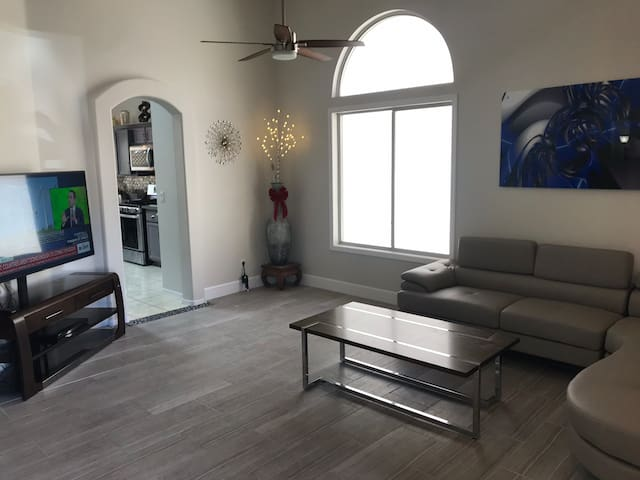 Gorgeous single story home 10 min. from strip